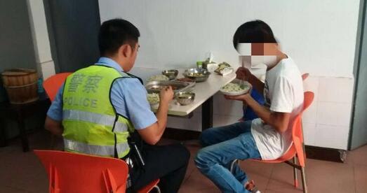 图为民警带男子吃饭
