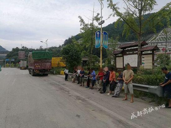 ▲民警责令驾驶员陈某将乘客进行安全转运