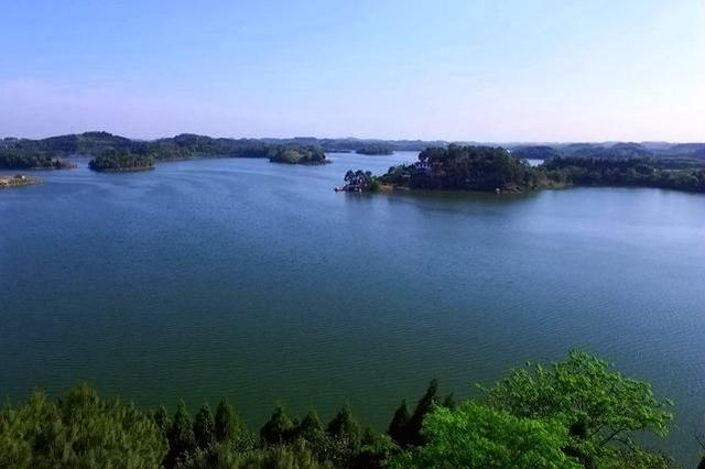 航拍四川第三大人工湖 超美秋色给你好看
