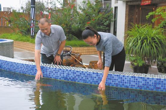 张萍与恩人邓洁。