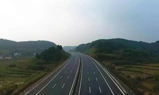双向六车道,又是新路,跑起来多么拉风!