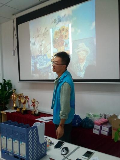 王耀栋在社区志愿为学生教学绘画