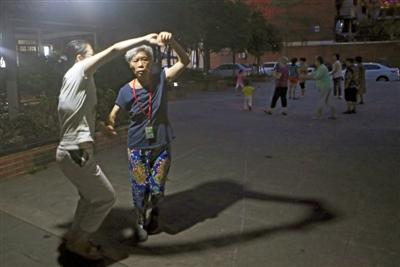 昨晚,付钰煌带着母亲在家附近的空地跳舞