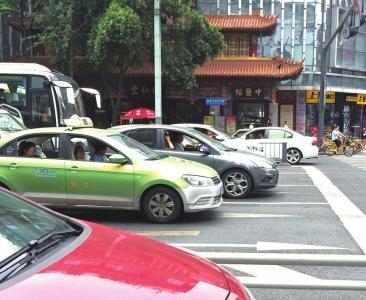 9月13日中午,大多数司机等红灯时注意观察周围情况