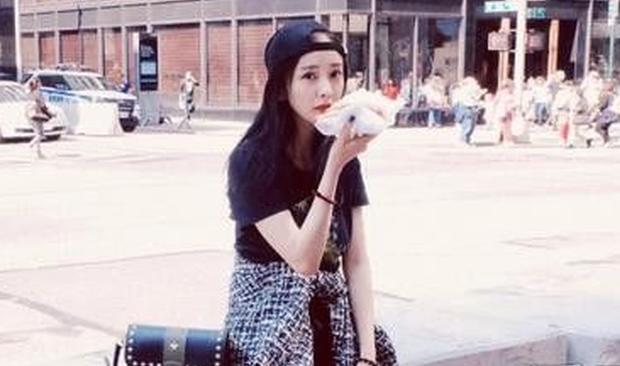 杨幂纽约时装周街拍 穿搭清新少女系