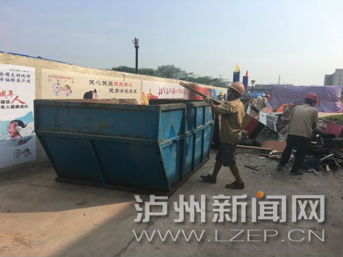 大件垃圾集中处置点,环卫工人正在破拆大件垃圾 记者 许亚琴 摄