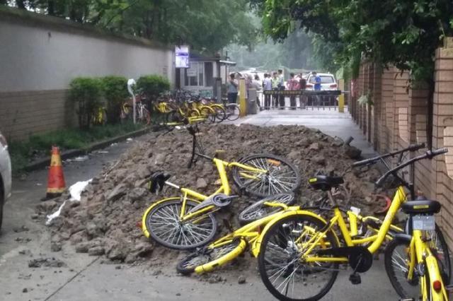 成都小区进出通道堆起小山包 居民交通出入难