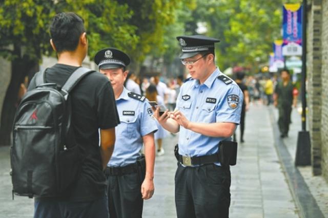 守护宽窄巷这5年:成都民警一口流利英语 也成为名片