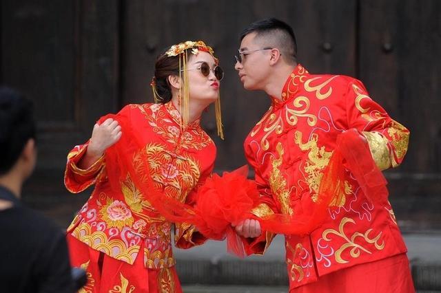 秋色怡人的成都 情侣拍婚纱照也是一道风景