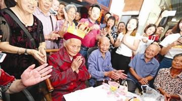 成都最长寿老人117岁生日 晚辈都坐不下