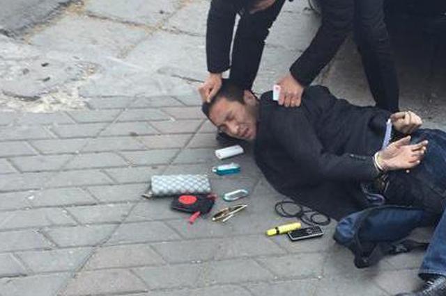 警察当街抓人 成都市民路边吃饭伸脚绊倒嫌犯