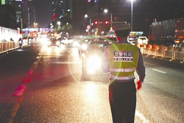 宜宾大货车开远光灯致对向车辆撞死行人 大货车要担责