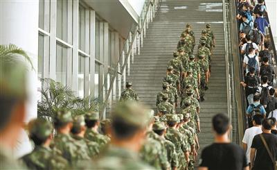 武警高铁礼让乘客感动国人:我们是乘客更是军人