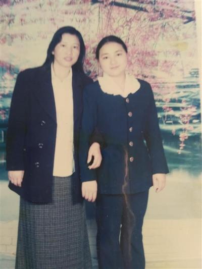 刘应香和庞晓莉(右)20多年前的合影
