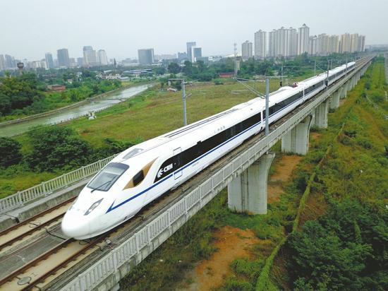 国庆期间一列单组CRH3A型动车组从成都东站开出驶往江油方向。 吴正琪摄