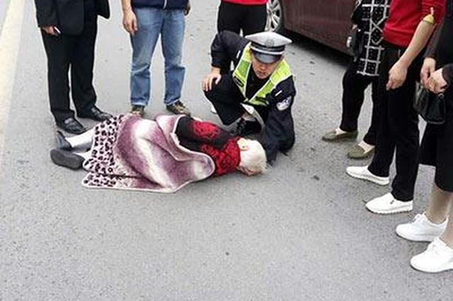 假期里的最美跪姿:交警跪地为受伤老人托头