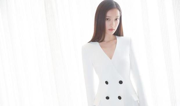 倪妮现身新片发布会 简约搭配英气十足