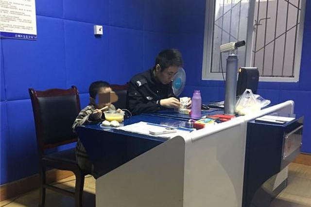 广元网逃嫌疑人网吧被抓 怀中5岁高烧儿子被警方送医