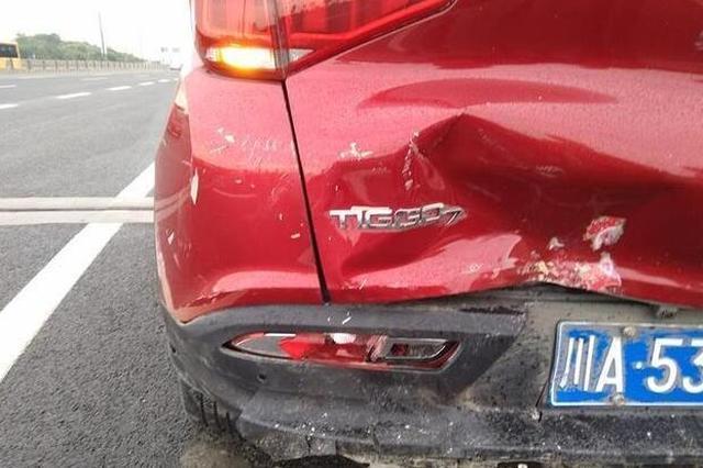 大狗闯入公路造成交通事故 成都车主很委屈