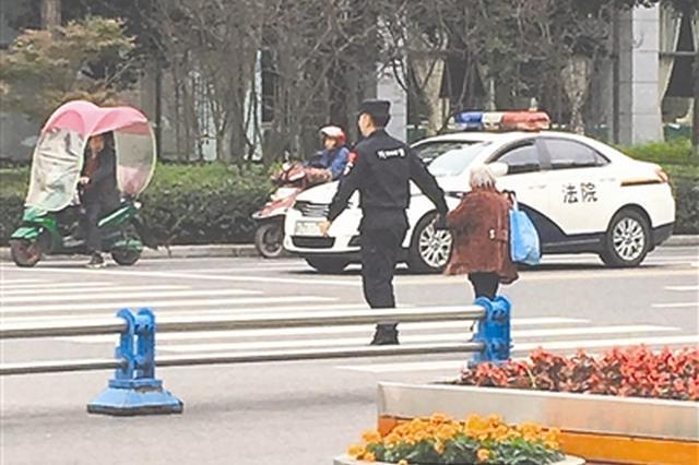 眉山现秋天最暖的牵手 22岁警察小哥牵问路太婆过马路