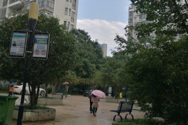 雨水又回归 南充市民感叹今年10月中旬像过冬