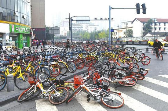 10月26日,东大街路口,路边停满共享单车。