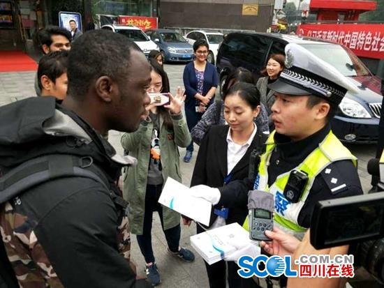 成都交警为外籍人士首发双语出行指南