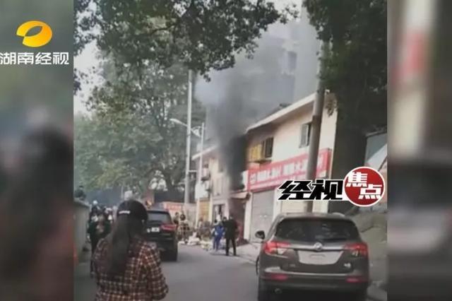 民房突发大火因老式防盗窗无法打开 致一家4口3死1伤
