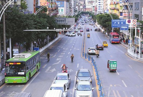 公交车和社会车辆各行其道。