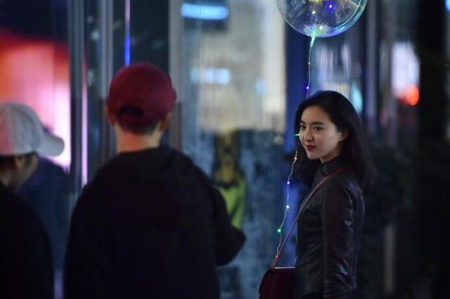 成都街头夜光气球爆红 你见过吗
