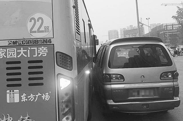 乐山公交车与私家车司机斗嘴 引发肢体冲突