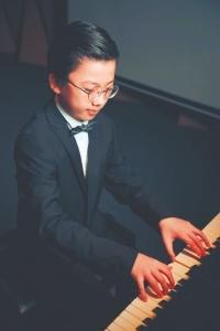 个人音乐会上,瑞瑞独奏钢琴。