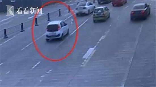 两小贼开共享汽车盗窃摩托