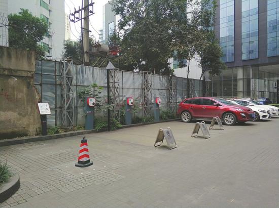 成都总府路附近的一处停车场有多个充电桩。