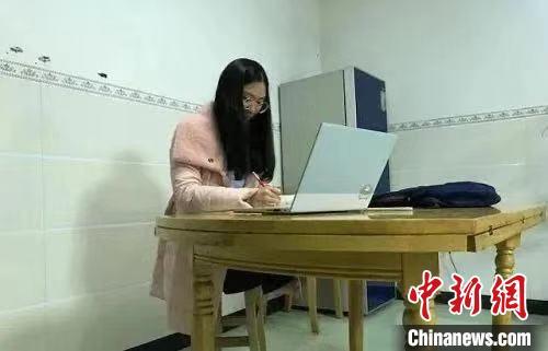 """四川""""凳子姑娘""""正在学习。四川师范大学供图"""