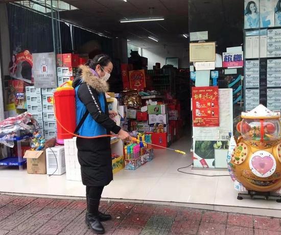 巾帼志愿者在对公共区域消毒