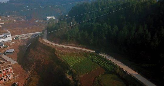 1月12日,李军一家行驶在四川巴中老家村道上
