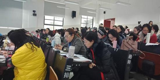 成都二十中教师陈宏为成都市骨干教师培训班学员上阅读示范课