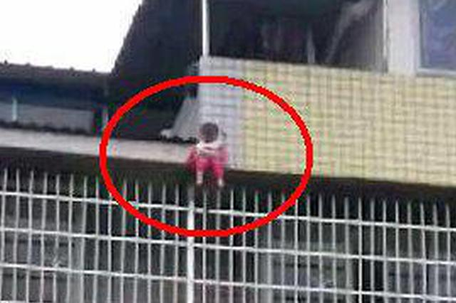 自贡女童哭着找妈妈从4楼雨棚坠下 众邻居牵起被子接住她