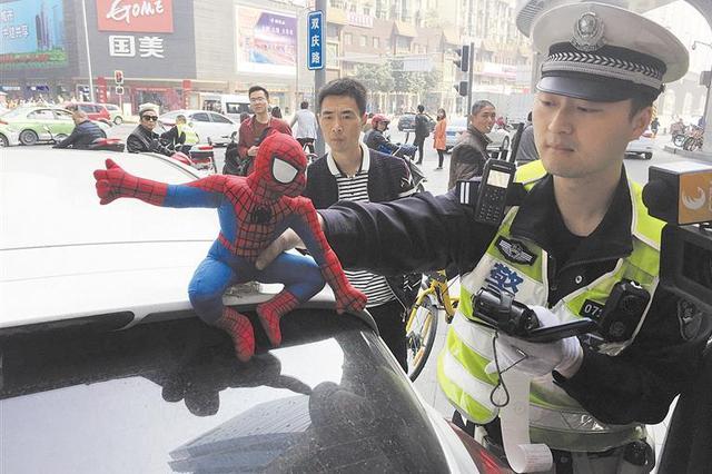 交警现场拆除车顶安装的玩偶
