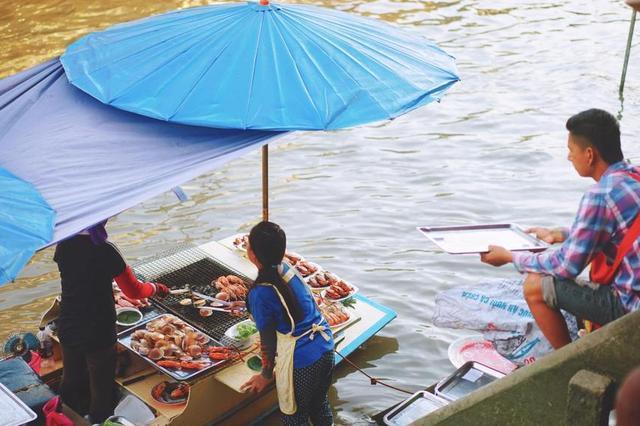 泰国曼谷的安帕瓦水上市场