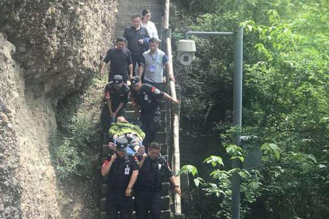 游客在剑门关突发心脏病 救援人员沿陡峭石梯栈道把她救了下来