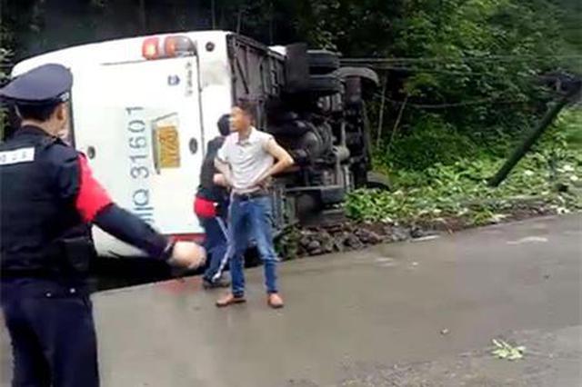 宜宾筠连一客车发生侧翻 8人受轻伤均无生命危险