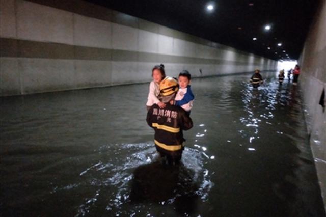 广元隧道积水校车熄火 119抱出20多个娃娃