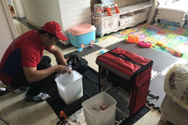 """""""京东帮智慧社区店""""服务工人正在上门提供清洗服务"""