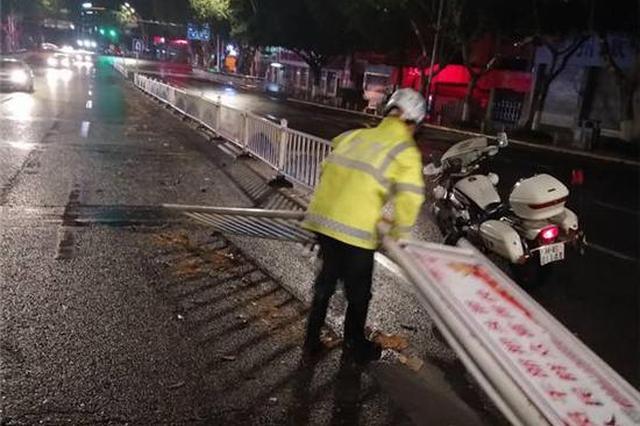泸州出现8级阵风 公路隔离栏像多米诺骨牌般被吹倒一片