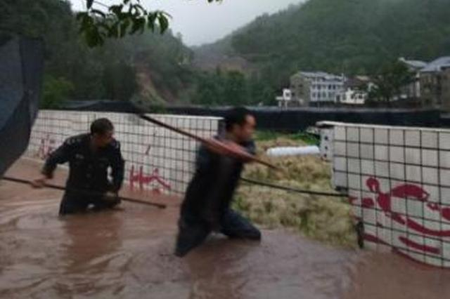 """四川万源""""二锤哥""""勇趟洪水用二锤砸墙救校"""