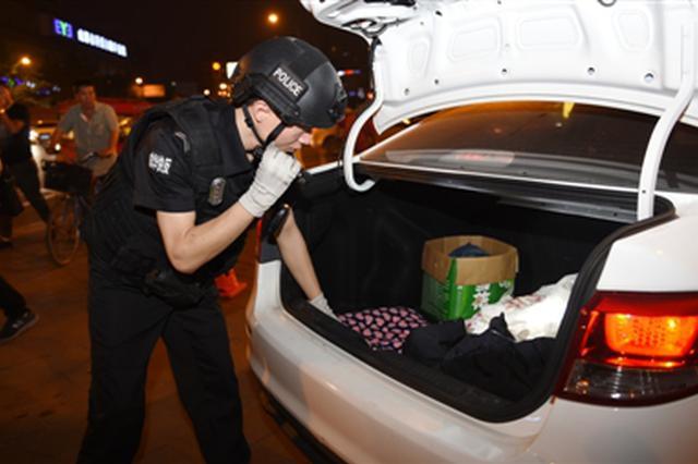小区入户、路面设卡、酒吧巡查 成都警方开展清查行动