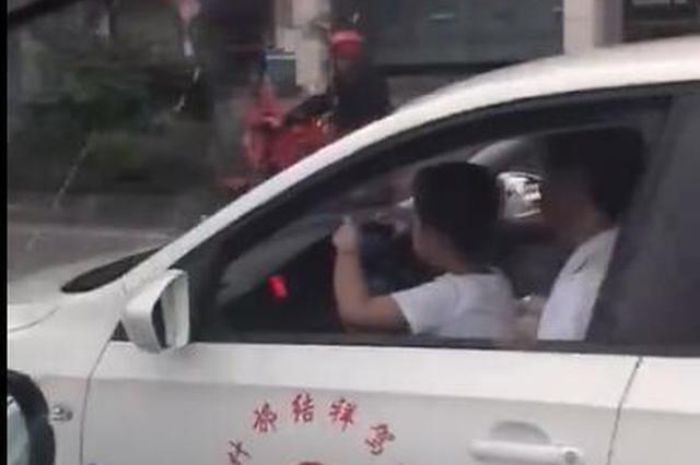 怀抱孙子驾驶无牌教练车 什邡男子被扣4分罚400元
