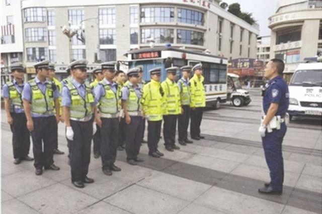 """交警教官走上街头 指导成都交警完成""""案例式教学"""""""
